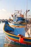 Kleurrijke traditionele mediterrane boten, Marsaxlokk, Malta Royalty-vrije Stock Afbeelding