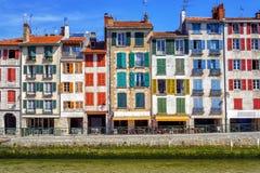 Kleurrijke traditionele voorgevels in Bayonne, Frankrijk Stock Foto
