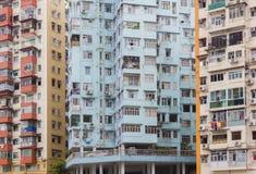 Kleurrijke, uiterst kleine stadsflats in Hong Kong stock afbeeldingen