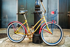 Kleurrijke Uitstekende Fiets die op een Lantaarnpaal van New Orleans leunen Royalty-vrije Stock Foto
