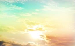 Kleurrijke van de wolkenhemel en zon lichte uitstekende stijl Royalty-vrije Stock Foto's