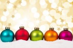 Kleurrijke van Kerstmisballen op een rij gouden decoratie als achtergrond Stock Fotografie