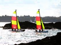 Kleurrijke varende boten stock foto's