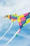 Kleurrijke veelkleurige vliegers die in blauwe hemel vliegen Stock Afbeelding