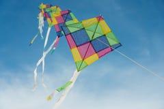 Kleurrijke veelkleurige vliegers die in blauwe hemel vliegen Stock Fotografie