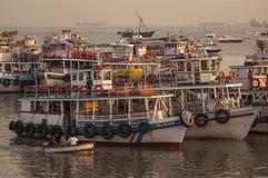 Kleurrijke veerboten dichtbij de Gateway aan India Royalty-vrije Stock Fotografie