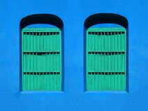 KLEURRIJKE VENSTERS & DEURarchitectuur - FLORES, GUATEMALA stock fotografie