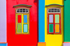 Kleurrijke vensters en details op een koloniaal huis in Weinig India Royalty-vrije Stock Foto's