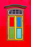 Kleurrijke vensters en details op een koloniaal huis in Weinig India Stock Foto