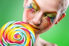 Kleurrijke verdraaide lolly, kleurrijke maniermake-up Stock Foto