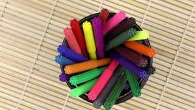 Kleurrijke Verf Pen Equipment Tools op Houten Achtergrond stock footage