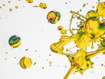 Kleurrijke Verfdalingen op Witte Achtergrond royalty-vrije stock foto