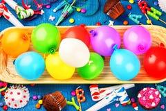 Kleurrijke verjaardagsachtergrond met multicolored ballons Gelukkige B Royalty-vrije Stock Foto