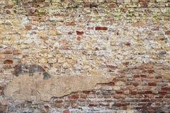 Kleurrijke verlaten bakstenen muur stock foto