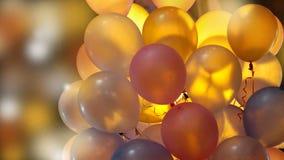 Kleurrijke verlichte partijballons bij nacht met achterlicht royalty-vrije stock fotografie