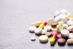 Kleurrijke verschillende capsules en pillen op grijze achtergrond Royalty-vrije Stock Fotografie