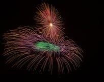 Kleurrijke verschillende kleuren, verbazend vuurwerk in Malta, donker hemelachtergrond en huislicht in de verre, Onafhankelijkhei Stock Fotografie