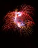 Kleurrijke verschillende kleuren, verbazend vuurwerk in Malta, donker hemelachtergrond en huislicht in de verre, Onafhankelijkhei Royalty-vrije Stock Afbeeldingen