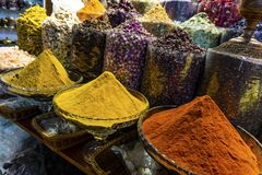 Kleurrijke verschillende kruiden in de kruidmarkt souk in oud Doubai royalty-vrije stock foto's