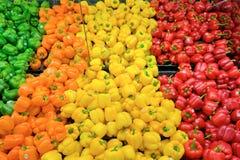 Kleurrijke verse groene paprika's voor verkoop Stock Afbeelding
