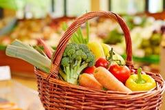 Kleurrijke verse groenten in het winkelen mand Stock Afbeeldingen