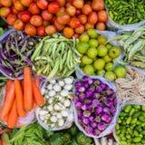Kleurrijke verse vruchten en groente Stock Afbeeldingen