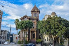 Kleurrijke Victoriaanse Huizen in San Francisco Street royalty-vrije stock afbeelding