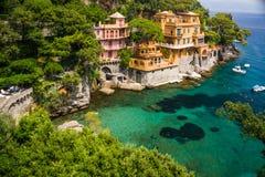 Kleurrijke villa's in de haven Stock Afbeeldingen