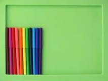 Kleurrijke Vilten die Uiteindepennen op een groene achtergrond worden geïsoleerd Royalty-vrije Stock Afbeeldingen