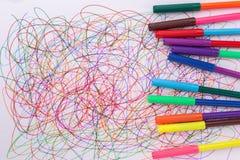 Kleurrijke vilten uiteindepen en abstract gekrabbel op Witboek stock afbeelding