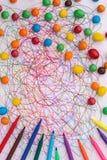 Kleurrijke vilten uiteindepen met snoepjes en gekrabbel op Witboek royalty-vrije stock afbeelding