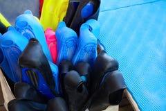 Kleurrijke vinnen in de doos Duikende en snorkelende toebehoren royalty-vrije stock foto's