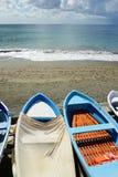 Kleurrijke visserij houten die boot op het strand wordt vastgelegd royalty-vrije stock afbeeldingen