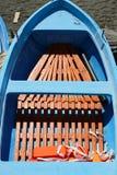 Kleurrijke visserij houten die boot op het strand wordt vastgelegd royalty-vrije stock fotografie