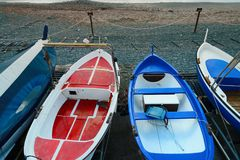Kleurrijke visserij houten die boot op het strand wordt vastgelegd stock foto's