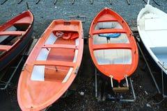 Kleurrijke visserij houten die boot op het strand wordt vastgelegd stock fotografie