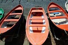 Kleurrijke visserij houten die boot op het strand wordt vastgelegd stock afbeeldingen