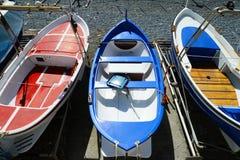 Kleurrijke visserij houten die boot op het strand wordt vastgelegd stock foto