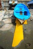 Kleurrijke visserij houten die boot op het strand wordt vastgelegd royalty-vrije stock foto's