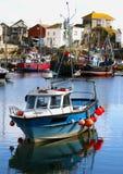 Kleurrijke vissersboten bij anker in haven Stock Fotografie