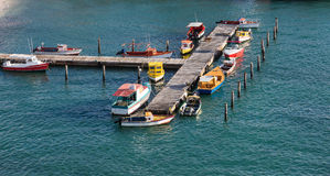 Kleurrijke Vissersboten bij de Pijler van Aruba royalty-vrije stock afbeeldingen