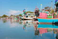 Kleurrijke vissersboten in de foto van Thailand De foto van reiszuidoost-azië De foto van reiszuidoost-azië Royalty-vrije Stock Afbeelding