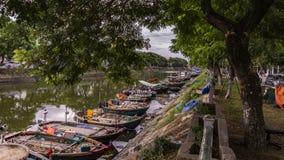 Kleurrijke vissersboten in de kust van de rivier van Vietnam, stock fotografie