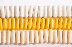 Kleurrijke vitaminen in capsules die op een rij liggen royalty-vrije stock fotografie