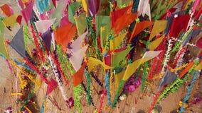 Kleurrijke vlaggen op zandige pagode in Thais Songkran-Festival stock video