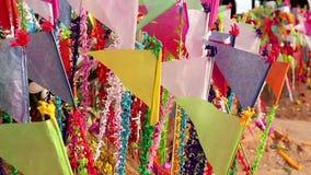 Kleurrijke vlaggen op zandige pagode in Thais Songkran-Festival stock footage