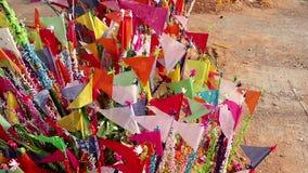 Kleurrijke vlaggen op zandige pagode in Thais Songkran-Festival stock videobeelden