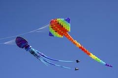Kleurrijke vliegende vliegers tegen een blauwe hemel Stock Fotografie