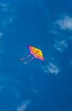 Kleurrijke vlieger in blauwe hemel Royalty-vrije Stock Afbeeldingen