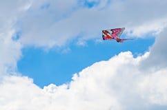 Kleurrijke vlieger in de bewolkte hemel Royalty-vrije Stock Afbeelding